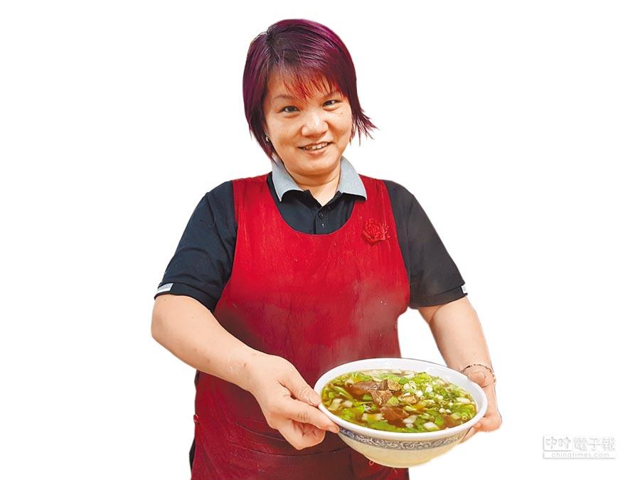 「中和小館」的牛肉麵湯頭以慢火熬煮至少2小時。(葉書宏攝)