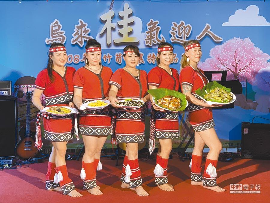 烏來區公所舉辦「桂竹筍暨農特產品推廣」活動,現場由5位泰雅族美女端出桂竹筍做成的美味佳餚。(王揚傑攝)