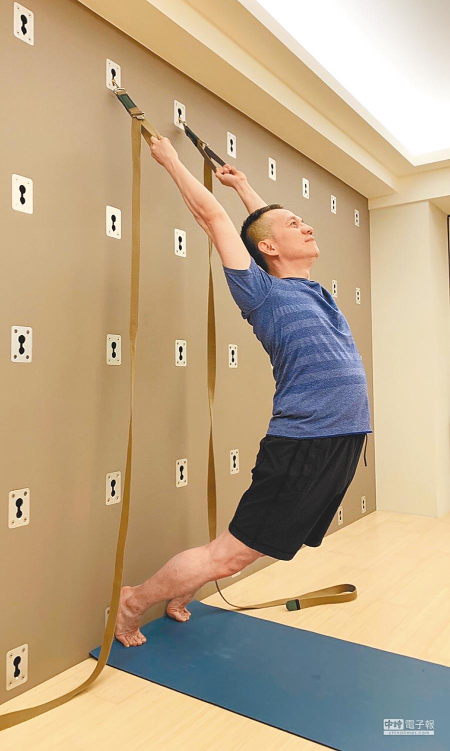 洪泰和醫師平時會透過做瑜伽紓壓。(洪泰和提供)