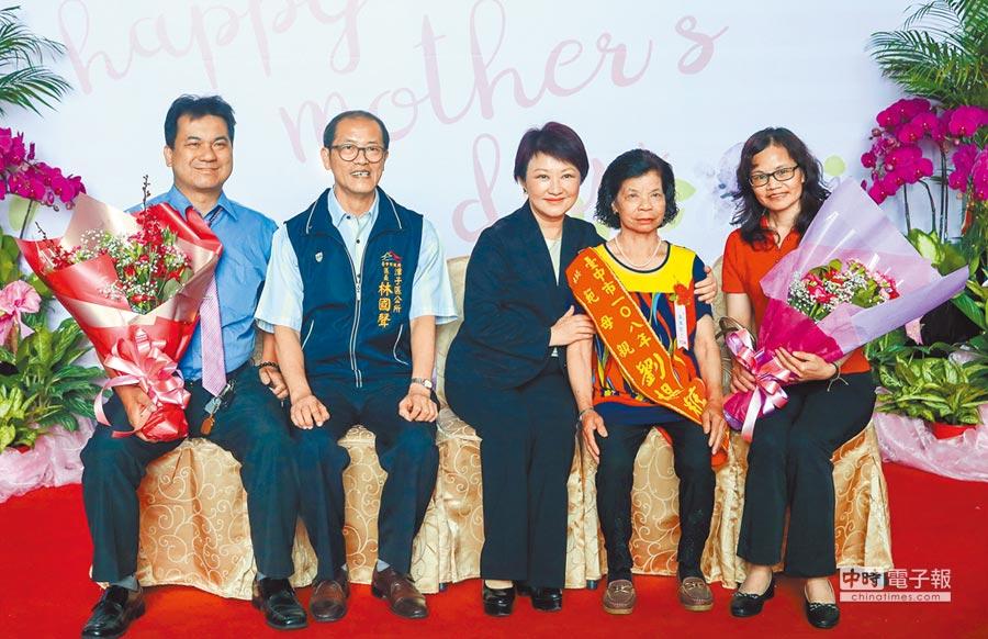 媽媽市長盧秀燕4日頒獎表揚模範母親,祝福全天下的媽媽們不只母親節快樂、天天都快樂。(陳世宗攝)