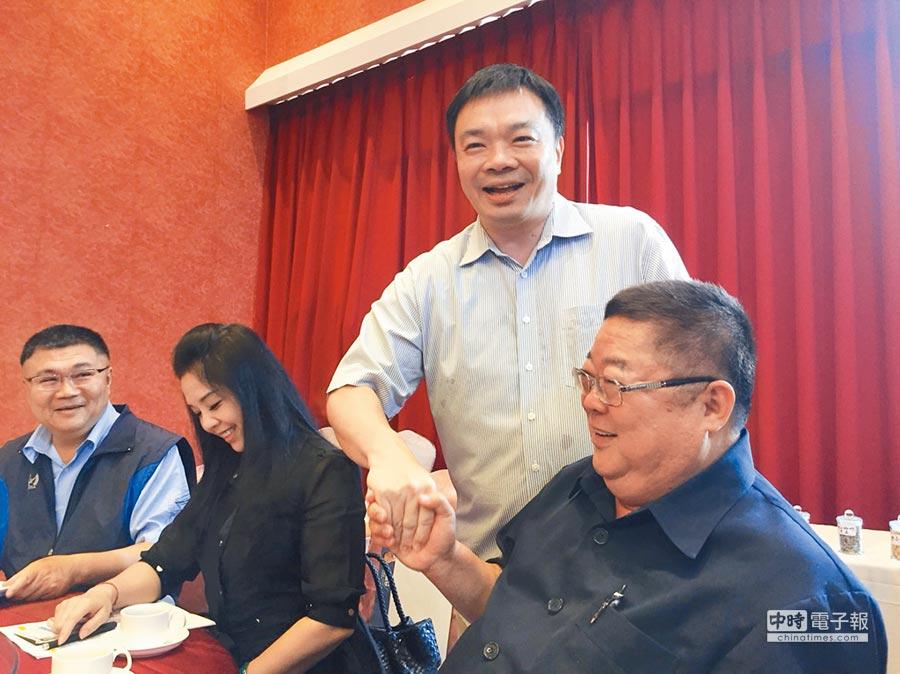 高思博(右二)推動大台南市政倡議發展聯盟,召集地方人士、學者專家、企業界等關心市政。(曹婷婷攝)