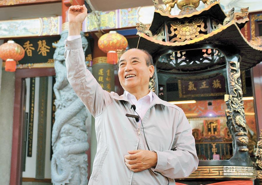 王金平參加六堆客家鄉親金平之友會成立,聽到支持者高喊凍蒜,他開心揮手回應。(林和生攝)