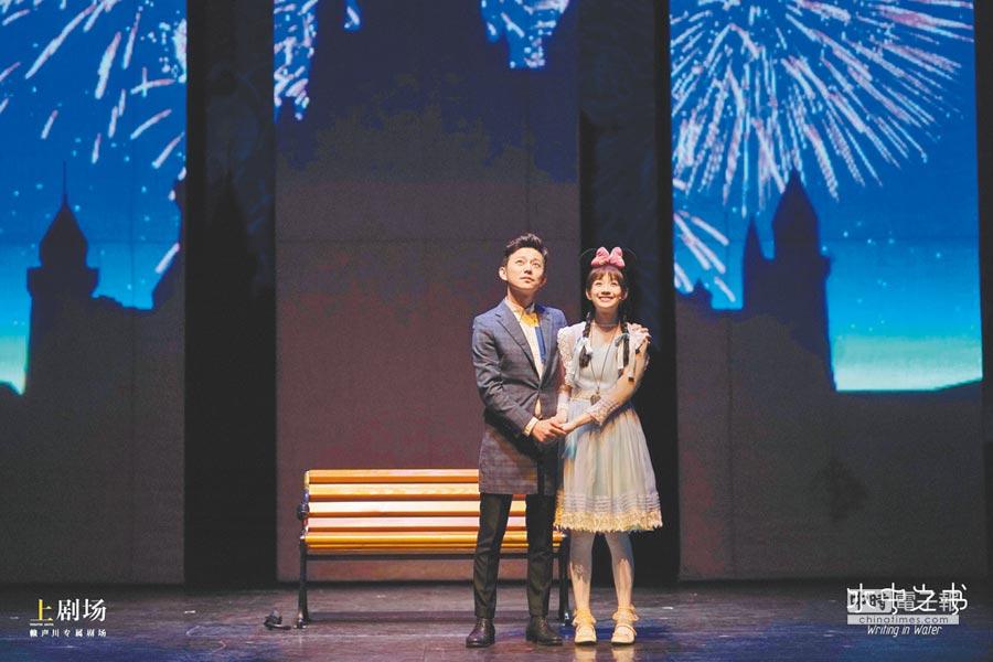 簡嫚書(右)和何炅首次合作舞台劇《水中之書》。