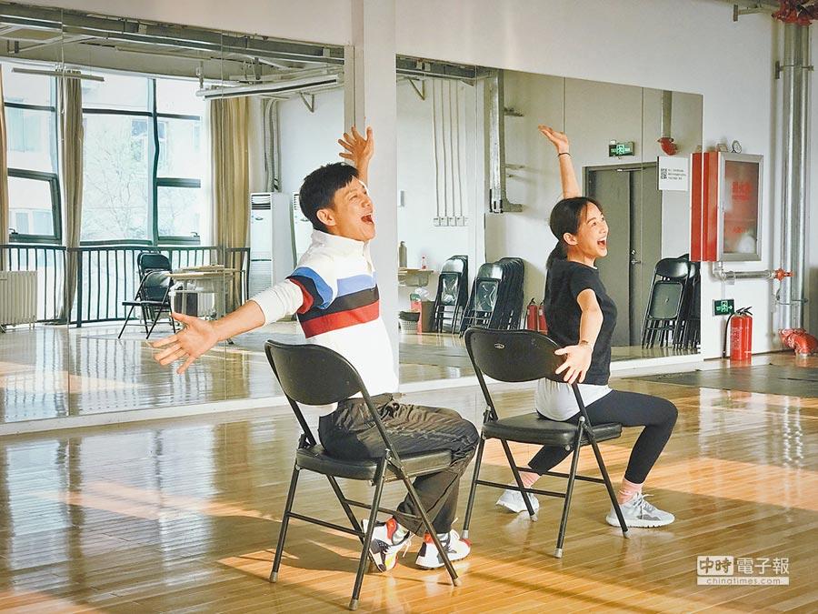 簡嫚書(右)和何炅為舞台劇《水中之書》日前在北京排練。