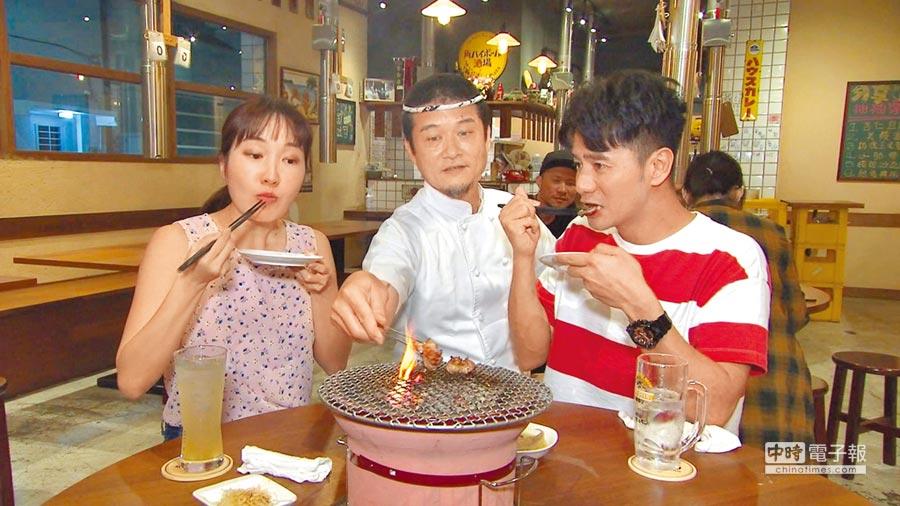 巴鈺(左)與郭彥均(右)一起主持節目,日前出外景到高雄尋找美食。