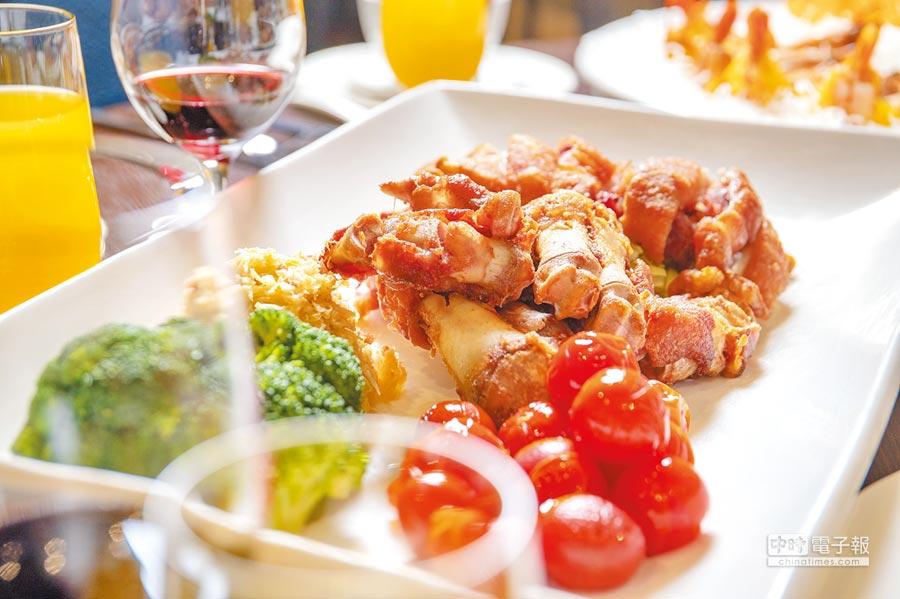 桌菜厲害菜色之一的「凱達豬腳佐酸菜」,表皮酥脆不油膩、富含膠質,肉質細嫩可口。