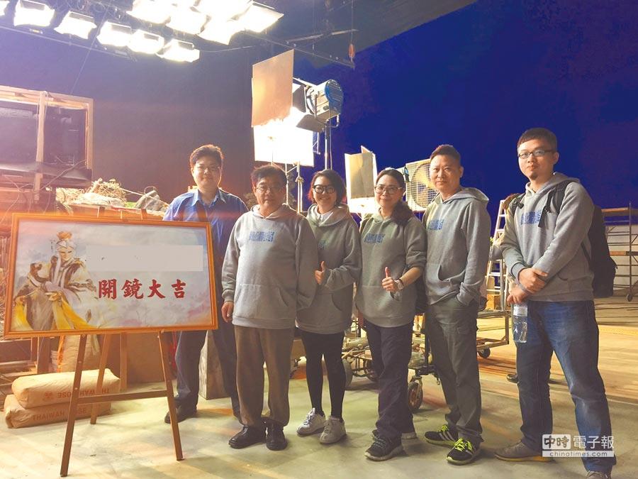 《刀說異數》開鏡時,黃建秦(左起)、黃文擇、蔡佳瑩、風采輪、賈愛國、張衞帆一同合照。 圖片提供霹靂國際多媒體