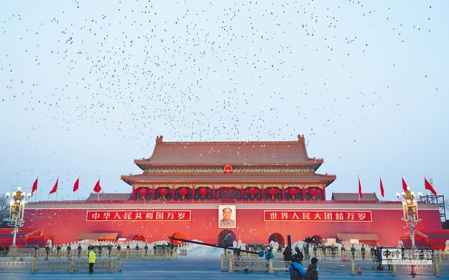 天安門廣場舉行元旦升旗儀式,放飛和平鴿。 (新華社)