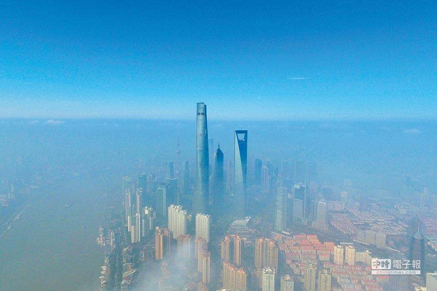 上海的魔性就是混沌。圖為2017年1月3日,大霧籠罩下的上海陸家嘴地區。(新華社)