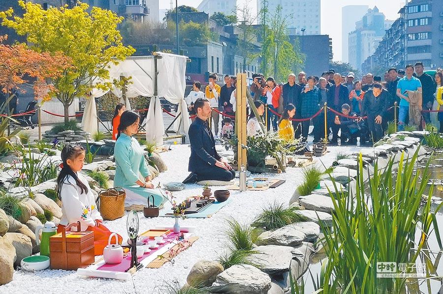 3月29日,寬窄茶會,成都式的慢生活,幾位茶人在茶會上演示茶道。(新華社)