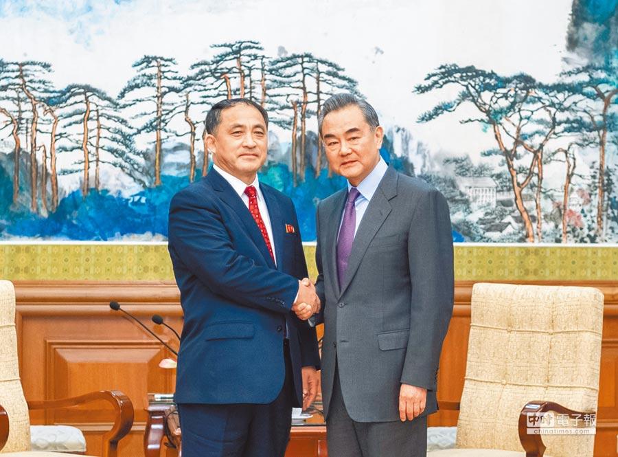 2月28日,大陸國務委員兼外交部長王毅(右)在北京會見朝鮮外務省副相李吉成。(新華社)