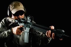 千鈞一髮!詭異男女遇警逃 車內搜出「黑寡婦」步槍