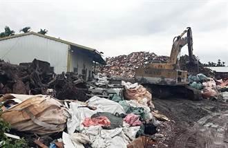 屏縣驚見400公噸廢棄物堆成山 稽查員直呼離譜
