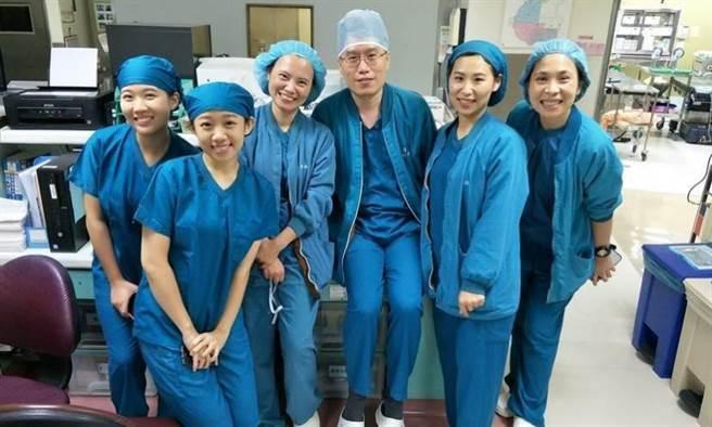 謝佳恩(右三)與同事。圖片來源:彰化基督教醫院提供
