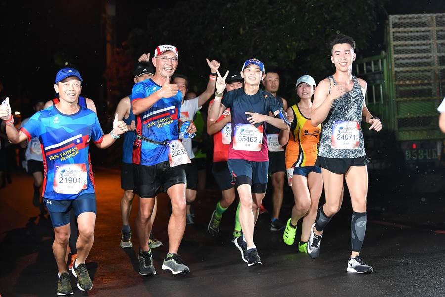 戴資穎(前排右二)參加2019 Wings For Life全球路跑,秉持「樂在其中、挑戰自我」的精神,跑了超過16公里,比原先預定的10公里還多。(Wings For Life提供)