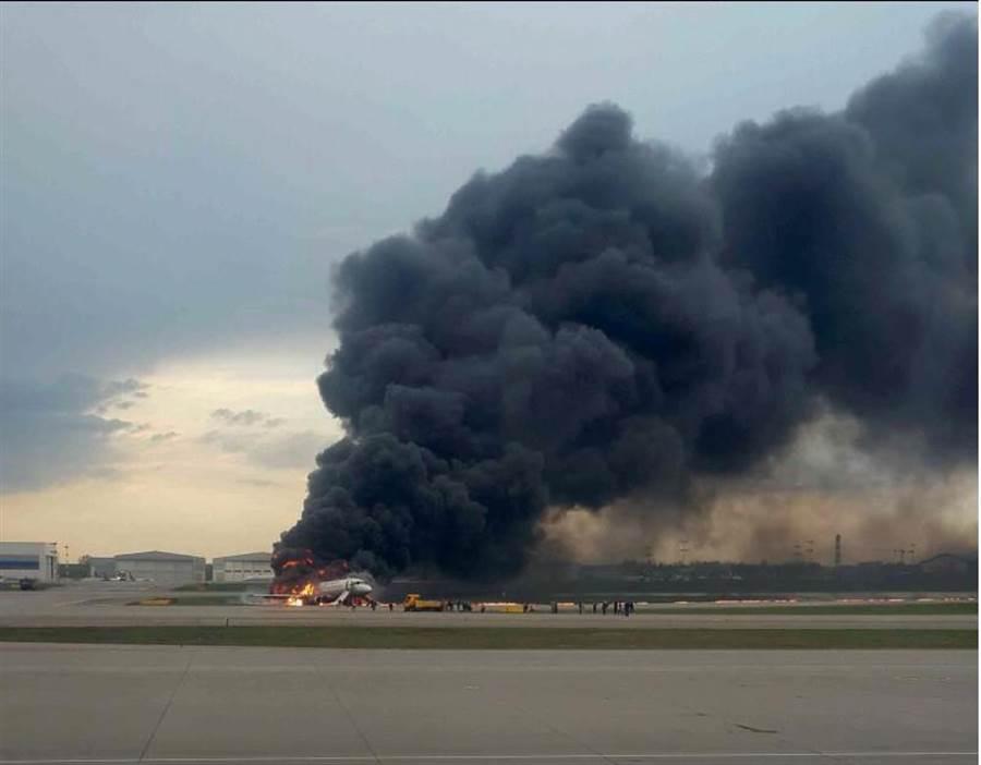 一架俄羅斯蘇愷超級噴射100型客機5月5日因機上起火,緊急降落莫斯科的謝瑞米提耶佛機場時,冒出大火與滾滾濃煙。(路透)