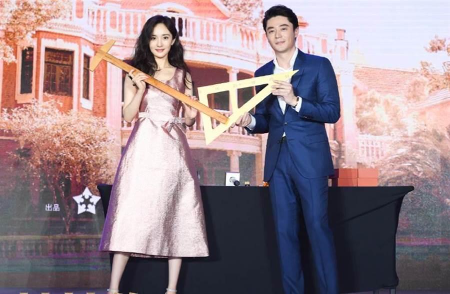 霍建華和楊冪出席新戲《築夢情緣》記者會。(圖/翻攝自微博)