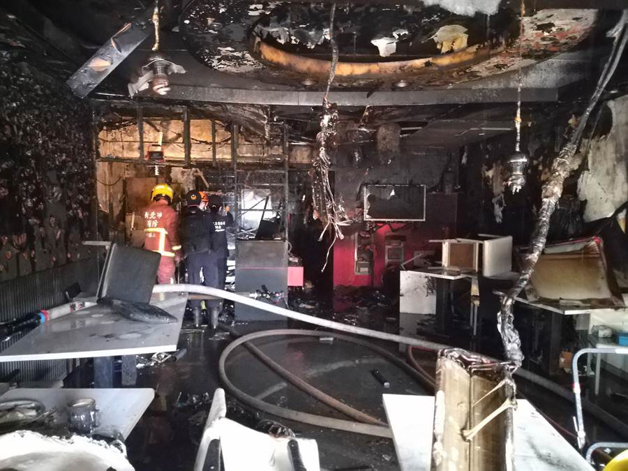 圖說:早餐店內被燒得一片漆黑,店內幾乎全毀。(吳亮賢翻攝)