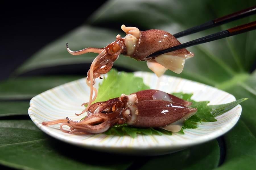 此時正是日本螢烏賊的產季,藤居陽一郎將新鮮螢烏賊快速在醬油中「過」一下,使柔軟鮮甜的肉質沾一點鹹味即呈盤。(圖/姚舜)