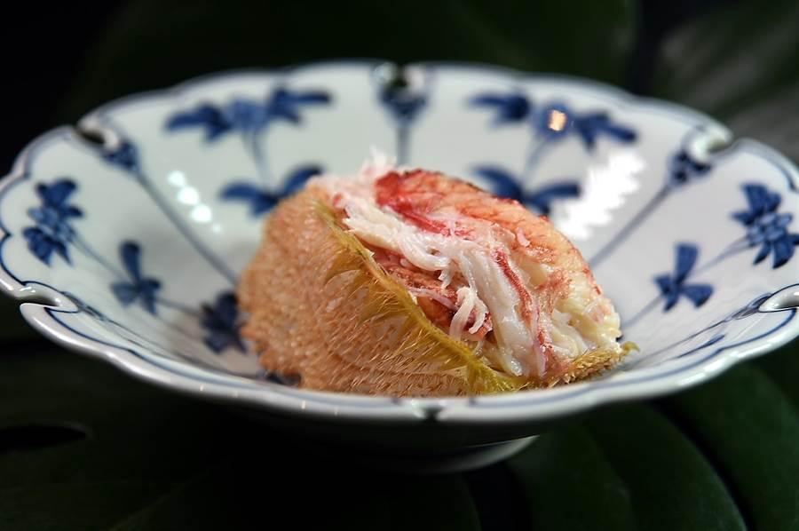 新鮮的北海道毛蟹肉肉質鮮甜且細緻,客座西華飯店〈Kouma 小馬〉日本料理的藤居陽一郎,以手工將蟹肉拆出後用蟹膏和鹽提味,再回填至蟹殼中讓客人享用,吃來非常過癮。(圖/姚舜)
