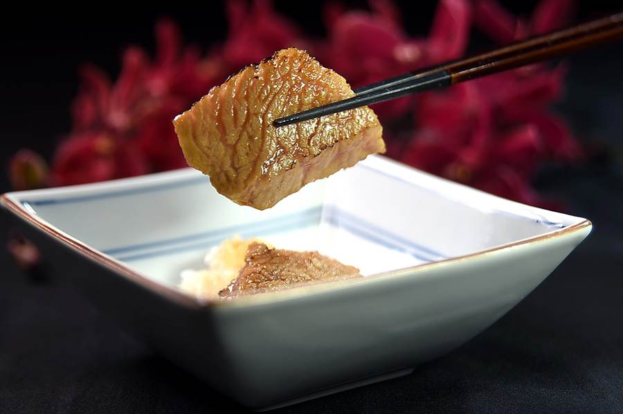 一尾魚只有2小塊的黑鮪魚下巴,是日料大廚口中的「霜降」,其肉質柔嫩、味道甘鮮,且油脂豐富,藤居陽一郎用炭火炙烤, 邊烤邊涮上帶有微微蒜味的薄口醬油賦味,風味與口感比日本和牛還要迷人。(圖/姚舜 )