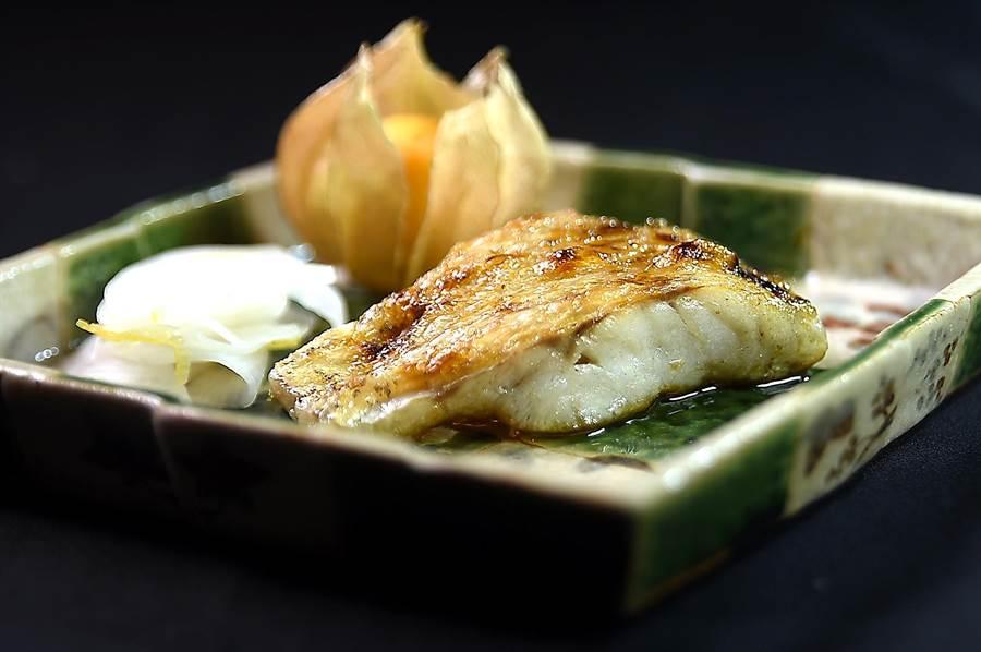 紅喉魚肉質細緻且油脂豐厚,而產自日本長崎對馬的紅喉更是其中首選,藤居陽一郎料理此有「白肉toro」之稱的高級魚時,先用鹽漬法脫水,再用炭火炭烤,甜度更集中明顯且帶有油脂香。(圖/姚舜)