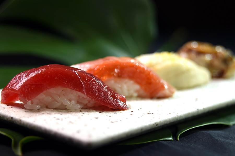 高明的日料職人在處理江戶前壽司時,會針對每一種海鮮食材的特性,以不同方式切割、熟成、醃漬與調味。(圖/姚舜)