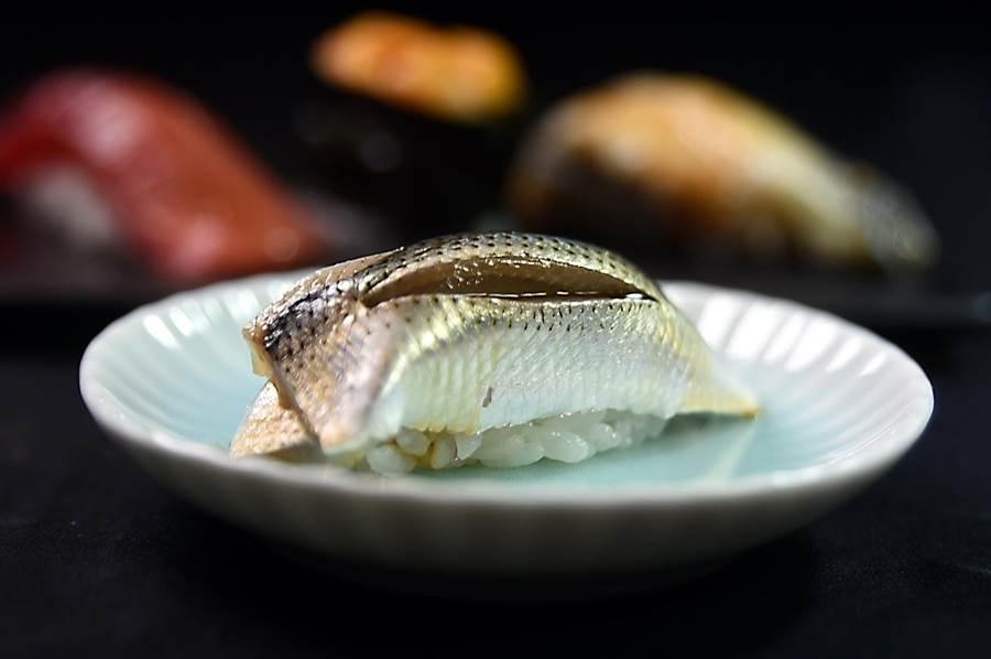 屬亮皮魚的「小肌」,是藤居陽一郎口中最難處理的食材之一,因為這種魚肉質柔嫩且容易腐敗,所以趁新鮮時就要用鹽和醋醃漬,以保留其鮮味。(圖/姚舜)