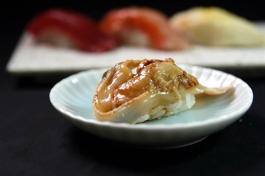 貝類是江戶前壽司中高級食材,藤居陽一郎用帝蛤作的握壽司,會用加了鹽與糖的醬油提味。(圖/姚舜)