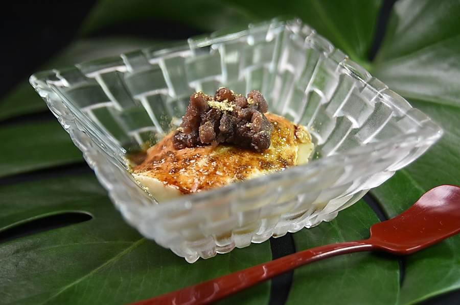 餐後甜點〈紅豆黑糖豆花〉,調味恰到好處,不會太過甜膩,所以吃得出豆香。(圖/姚舜)