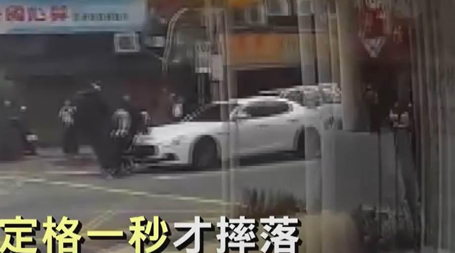 重機為閃避右方的直行休旅車,卻撞上對向的白色瑪莎拉蒂超跑。(圖/翻攝自畫面)