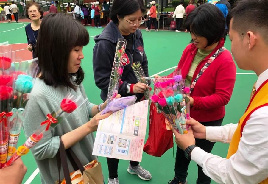 永慶房屋走遍雙北社區共渡母親節,贈送約8萬朵康乃馨。(圖/永慶房屋提供)