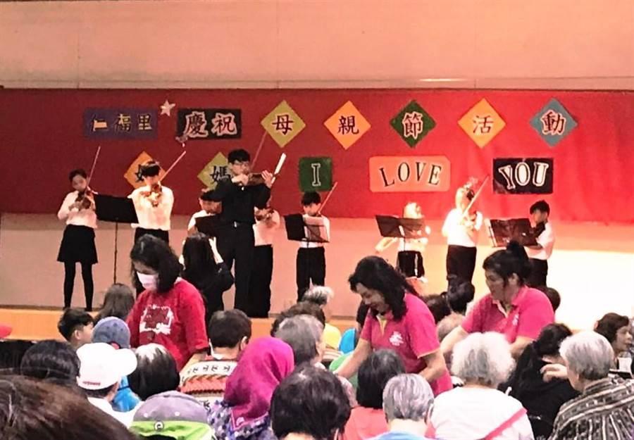 南港仁福里舉辦母親節音樂會,社區大小朋友一同用樂聲感受母親節溫馨。(圖/永慶房屋提供)