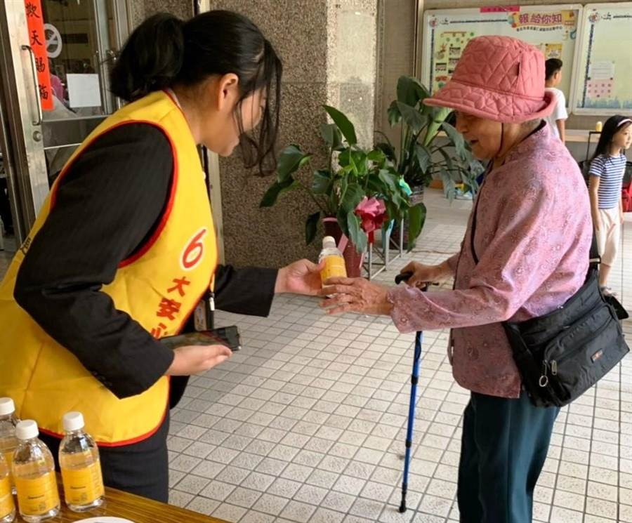 永慶房屋關懷服務無所不至,免費提供飲品給參與活動的社區媽媽。(圖/永慶房屋提供)