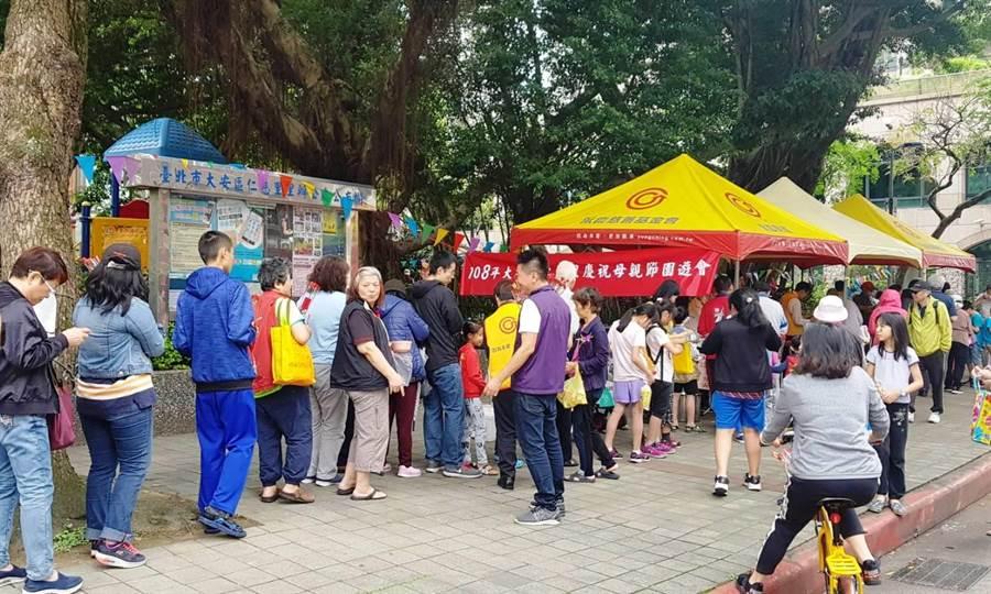 仁慈里提前歡度母親節,在里長陳麒中的推動下,活動吸引許多里民共襄盛舉。(圖/永慶房屋提供)