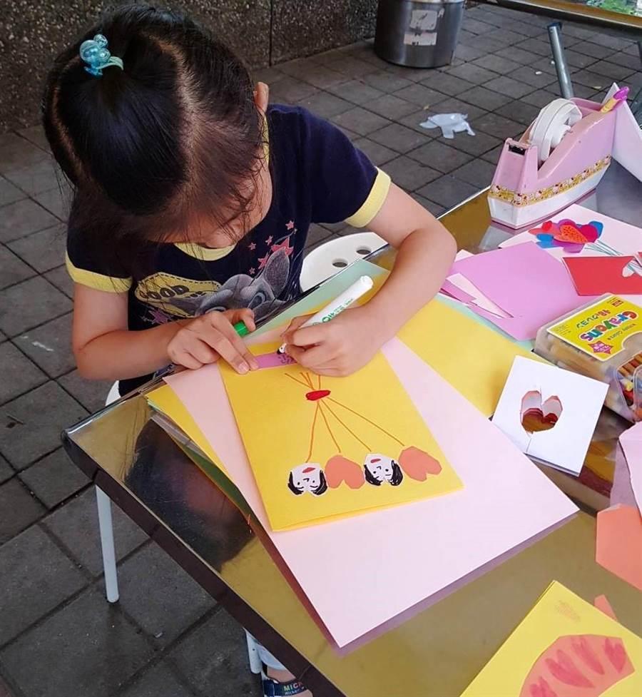 永慶房屋提供母親節卡片DIY活動,讓小朋友親手製作卡片傳遞對媽媽的感恩情。(圖/永慶房屋提供)