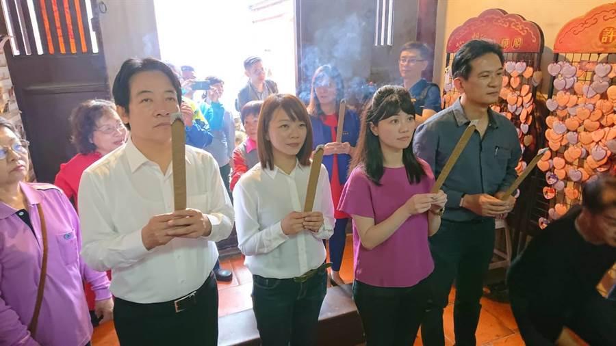 前行政院長賴清德(白衣者)帶著單身的台北市議員高嘉瑜(紫衣者)到祀典大天后宮參拜月老。(程炳璋攝)
