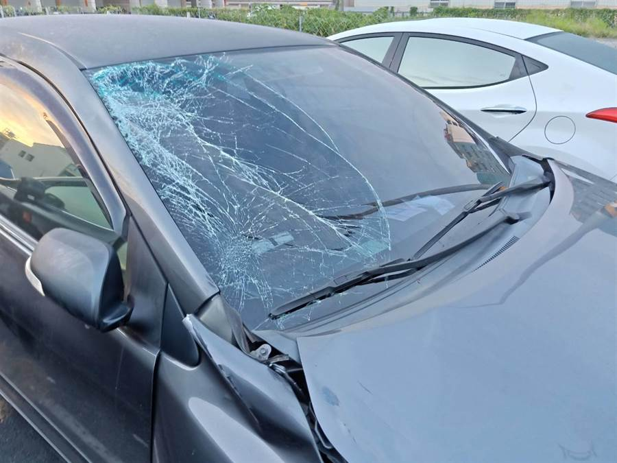 林嫌酒駕撞上騎車少年,車頭全毀、擋風玻璃碎裂。(柯宗緯翻攝)