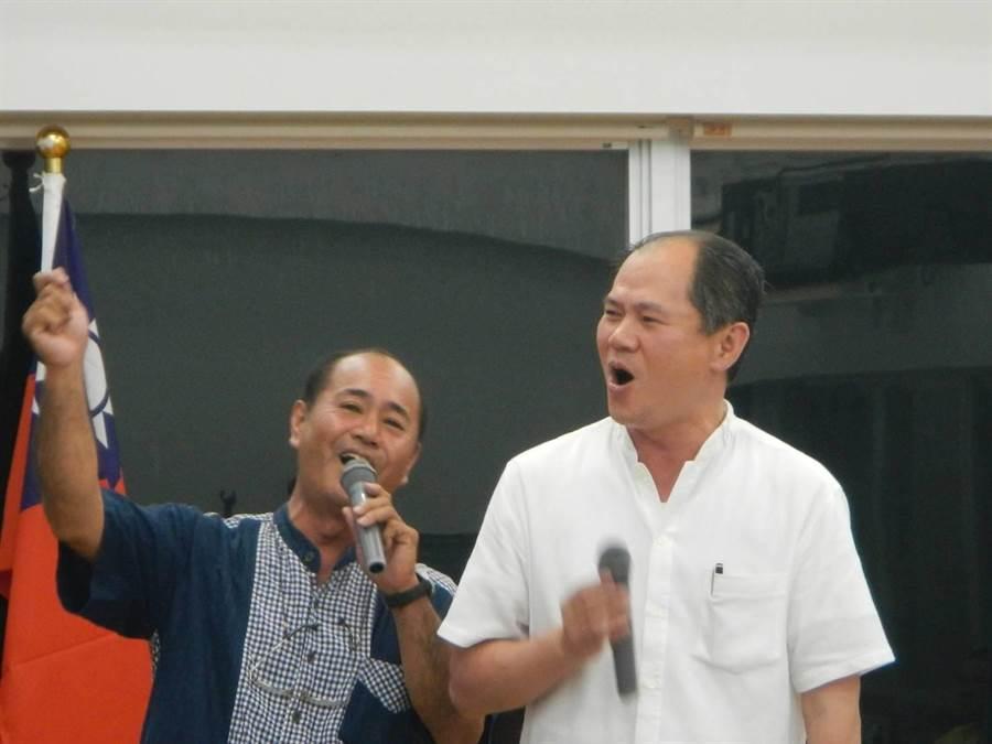 2012年時駐日本那霸辦事分處長粘信士(右)在與那國町締盟慶祝活動高歌交流。(林信吉提供)