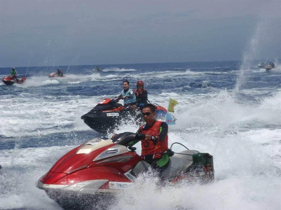 2012年時花蓮市、與那國町締結姊妹市30周年慶祝活動,台灣水上摩托車直駛與那國島。(林信吉提供)