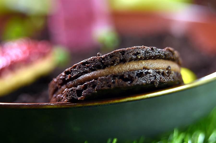 〈夏香〉的外層是以巧克力取代可可粉作的餅乾,內餡則是用Amedei托斯卡尼莊園90%黑巧克力與新鮮百香果製的甘納許,香醇濃郁中帶著微酸與花香和果香。(圖/姚舜)
