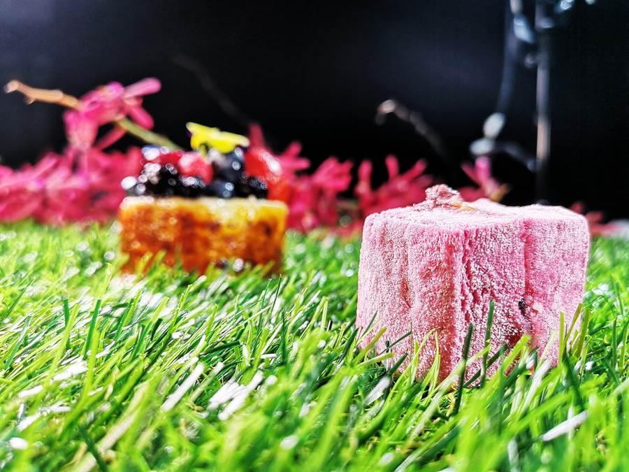外觀像俄羅斯軟糖〈棉花糖夾心〉,是〈Season Artisan Patissier〉店內招牌甜玷〈感官花園〉的「糖果版」,外層是用黑醋栗紫羅蘭作的棉花糖,中間夾入蜜漬藍莓與草莓,以及焦糖塊,味道甜點帶著微鹹,吃來不膩口。(圖/姚舜)