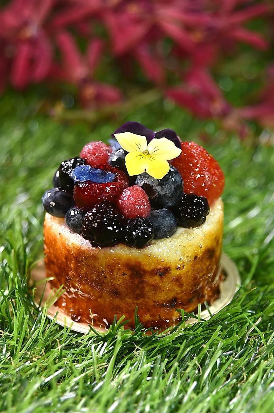 〈感官花園〉的原形是以外層苦甜焦糖的杏仁蛋糕為主體,包裹紫羅蘭慕斯和黑醋糖漿作餡,最上層舖滿著繽紛的莓果和食用花卉,形色味皆魅人。(圖/姚舜)