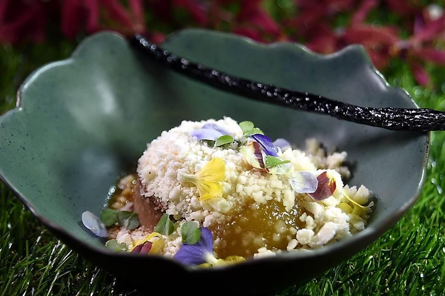 甜點套餐主甜點〈海倫美〉,以焦糖香草西洋梨用氮氣作的Snow下,覆蓋了3種不同的甜點,碗上並放了一支「偽香草莢」。(圖/姚舜)