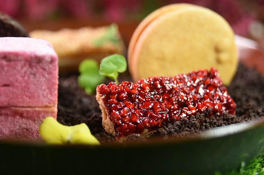 2口就吃完了的〈菲安娜〉,是用玫瑰覆盆子風味的杏仁角搭配法式甜塔皮製成,堅果、玫瑰與覆盆子的的香氣優雅迷人。(圖/姚舜)
