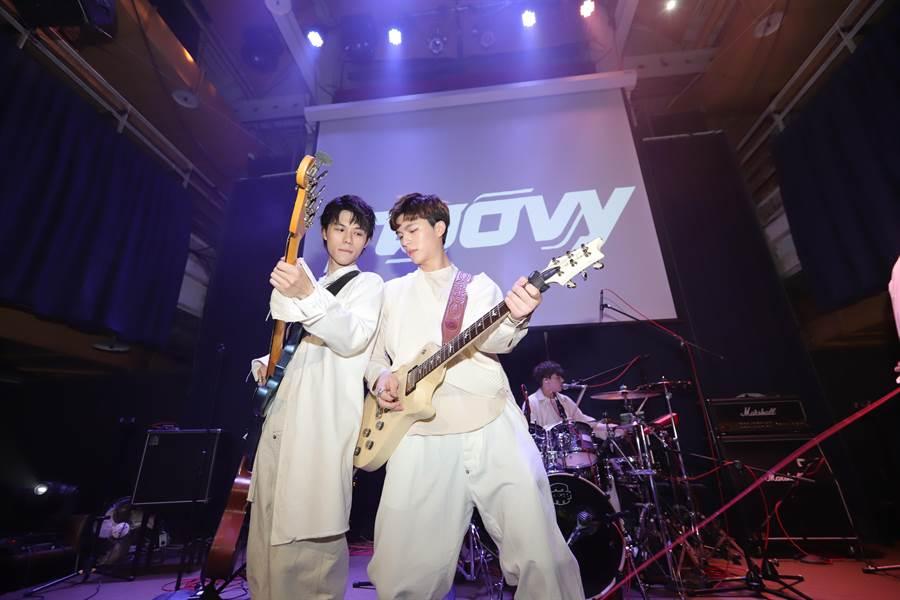 貝斯手JK和吉他手Hank(伊林娛樂提供)