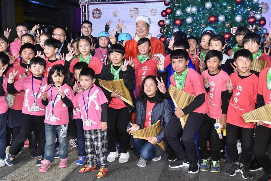 東森慈善基金會連續17年送愛到部落,為偏鄉部落孩子募集物資,總裁王令麟親扮聖誕老公公與偏鄉學童同樂。