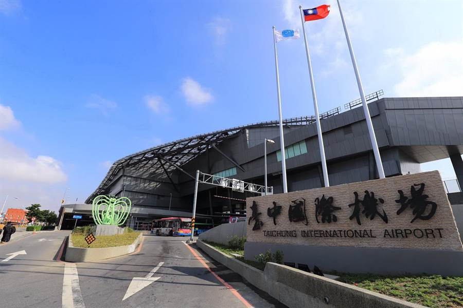 台中市長盧秀燕強調,台中機場還不合格,像是大人穿了一件小衣服。(盧金足攝)