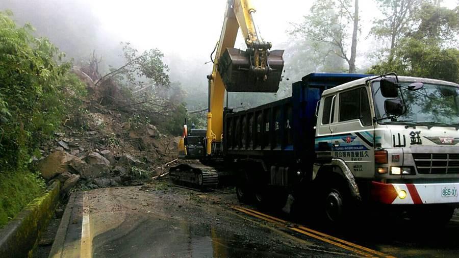 新中橫公路指標129.5K處坍方道路中斷,信義工務段全力搶修,盼入夜前能恢復通行。(沈揮勝翻攝)