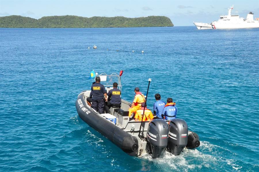 海巡署艦「巡護七號」與帛琉進行聯合演練。(圖:海巡署提供)